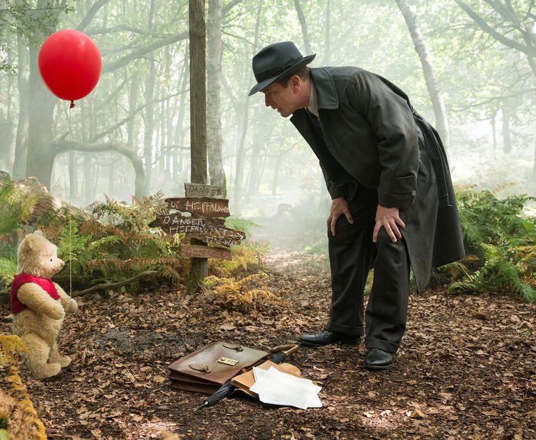 Christopher Robin (Ewan McGregor) met zijn vriend Winnie the Pooh. Beeld Laurie Sparham