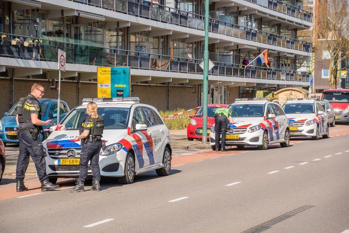 De politie zette dinsdagmiddag na de schietpartij het gebied rond de flat aan de Rembrantlaan in Woerden af.