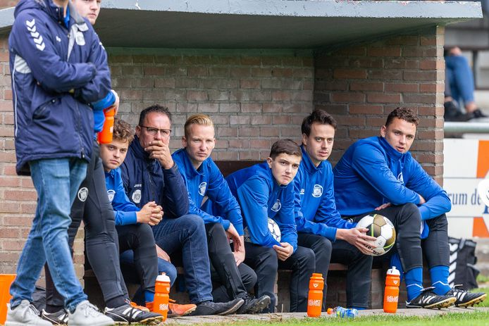Spelers van de Vlijmense Boys in de dug-out in coronatijd.