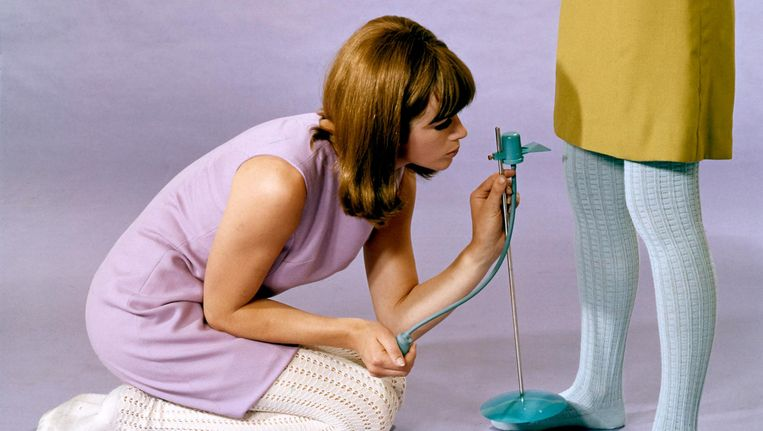 Kleren passen om de roklengte af te meten met behulp van een rokkenspuit. Nederland, 1966. Beeld Hollandse Hoogte / Spaarnestad Photo