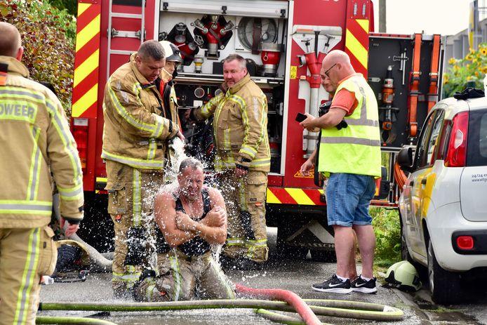 Eén van de brandweermannen die het eerst de brandende woning langs de Komerenstraat in Geluwe binnendrongen, leverde daarbij zo'n inspanning dat de man oververhit raakte. Hij moest door zijn collega's worden afgekoeld met bluswater.