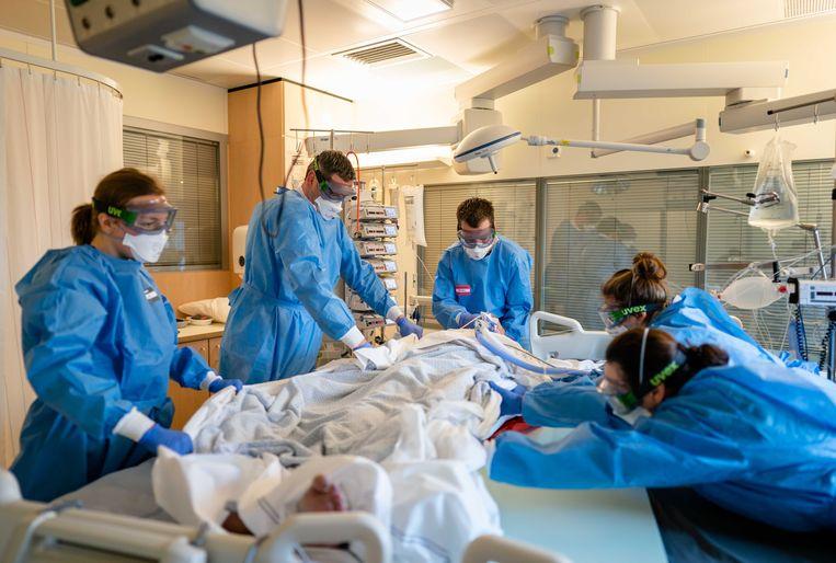 Medewerkers op de speciale covid-ic-afdeling van het Leids Universitair Medisch Centrum. Beeld ANP