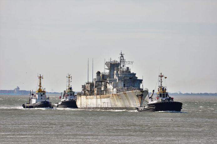 Het oude Franse Marinefregat Duguay-Trouin wordt over de Westerschelde geleid.