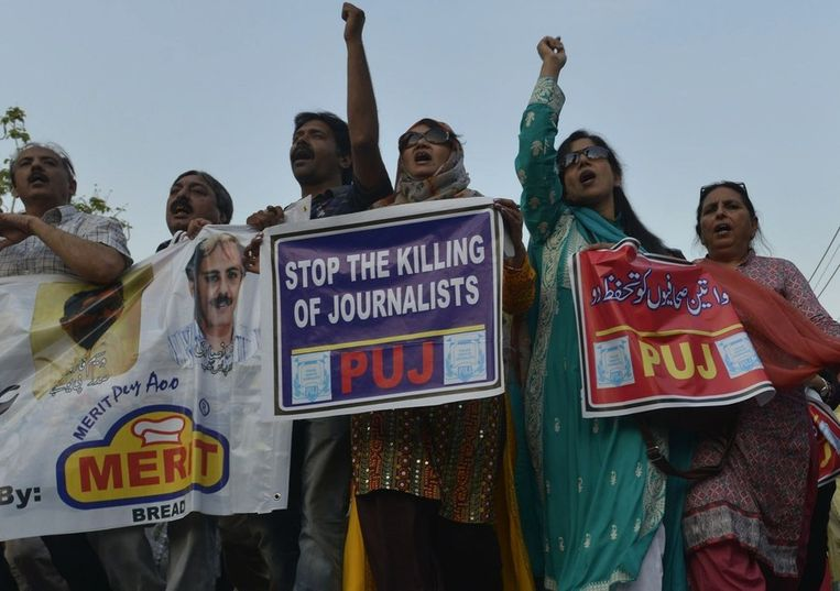 Leden van de Pakistaanse Federal Union of Journalists tijdens een betoging op de Internationale Dag van de Persvrijheid.