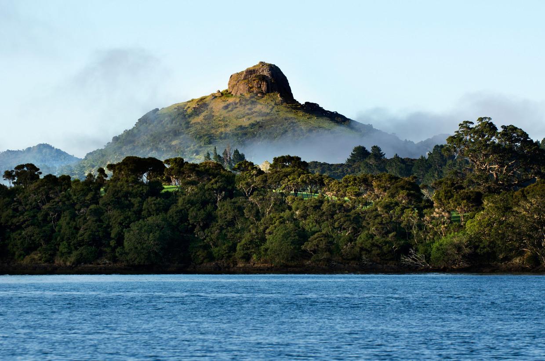 Op Saint Paul's Rock, dat uittorent boven Whangaroa, zijn de vergezichten fenomenaal.  Beeld Alamy Stock Photo