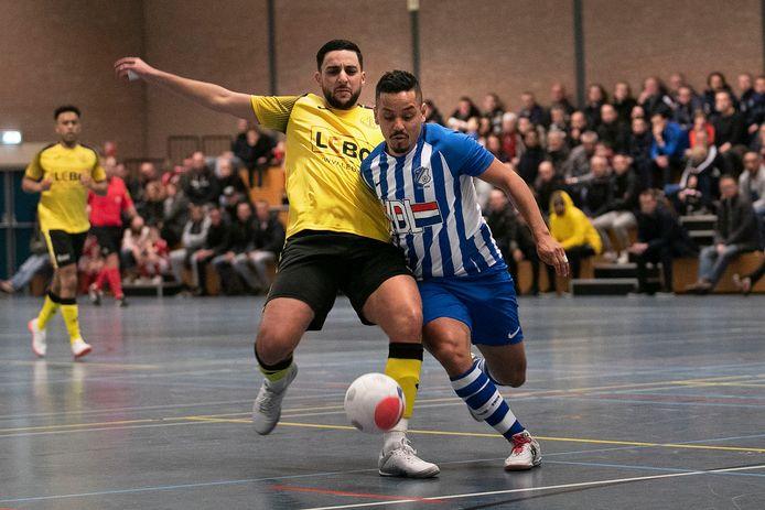 Raphinha van FC Eindhoven in duel met ASV Lebo-verdediger Youssef Makraou.