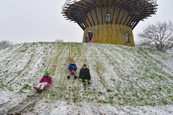 De eerste durfals, zoals Maud (roze jas) en Jort (zwarte jas) Tollenaar, betreden al snel met slee de heuvel van de molen in IJzendijke.