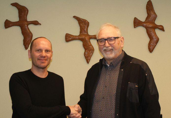Erwin Koen (links) en voorzitter Theo Janssen van Trekvogels, vorig jaar toen Koen zijn eerste contract bij de club tekende.