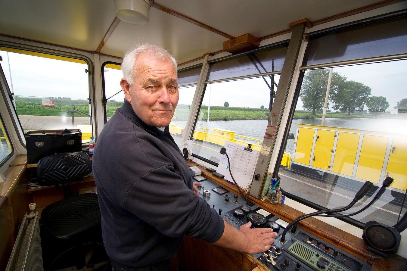 Wijlen Wim Borneman bij zijn pensionering als veerman op de pont tussen Maasbommel en Megen.