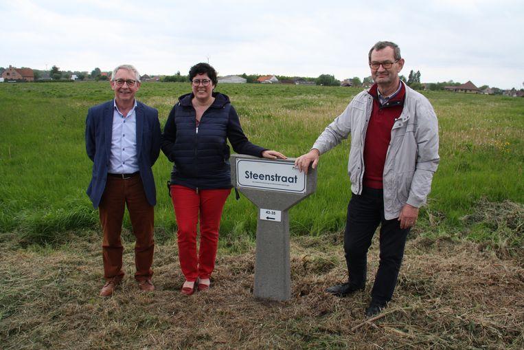 Schepenen Martin Obin en Gaby Verstraete met burgemeester Lies Laridon bij een vernieuwd straatnaambord