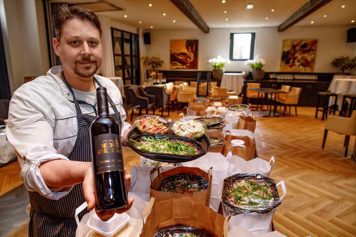 Chef Angelo Autiero bij de tafel met de bestelde afhaalmenu's in zijn restaurant.