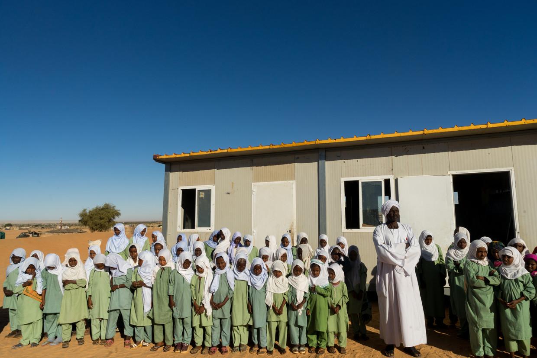 Soedanese kinderen van de school in Zurrug, Noord-Darfur, zingen liederen en reciteren de Koran om de bezoekers te verwelkomen.