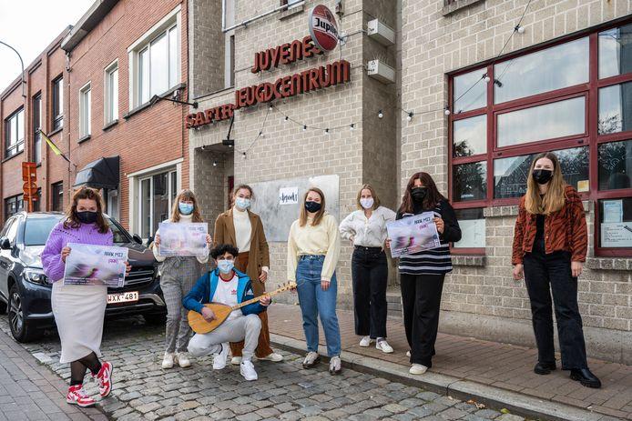 Fien (links) is het creatieve brein achter de belevingswandeling die ze uitstippelde in samenwerking met Juvenes, de Wiek en theatermaker Nina Certyn.