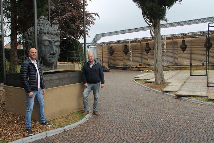 Kevin De Deygere en Roland Dhondt baten niet alleen zomerbar Jacqi uit, maar pakken op het terrein er naast ook uit met een EK-dorp.