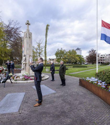Weer stilte én leegte op herdenkingsplein in Almelo