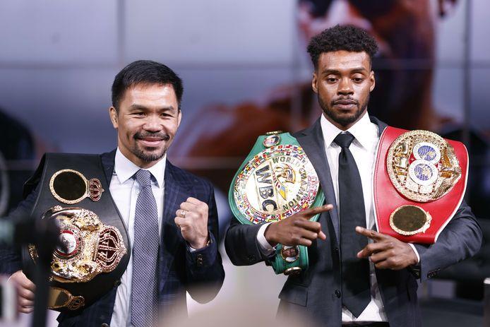 Manny Pacquiao (links) en Errol Spence Jr poseren voor de media na hun persconferentie in Fox Studios op 11 juli 2021 in Los Angeles, Californië. Hun gevecht staat gepland op 21 augustus 2021 in de T-Mobile Arena in Las Vegas, Nevada.