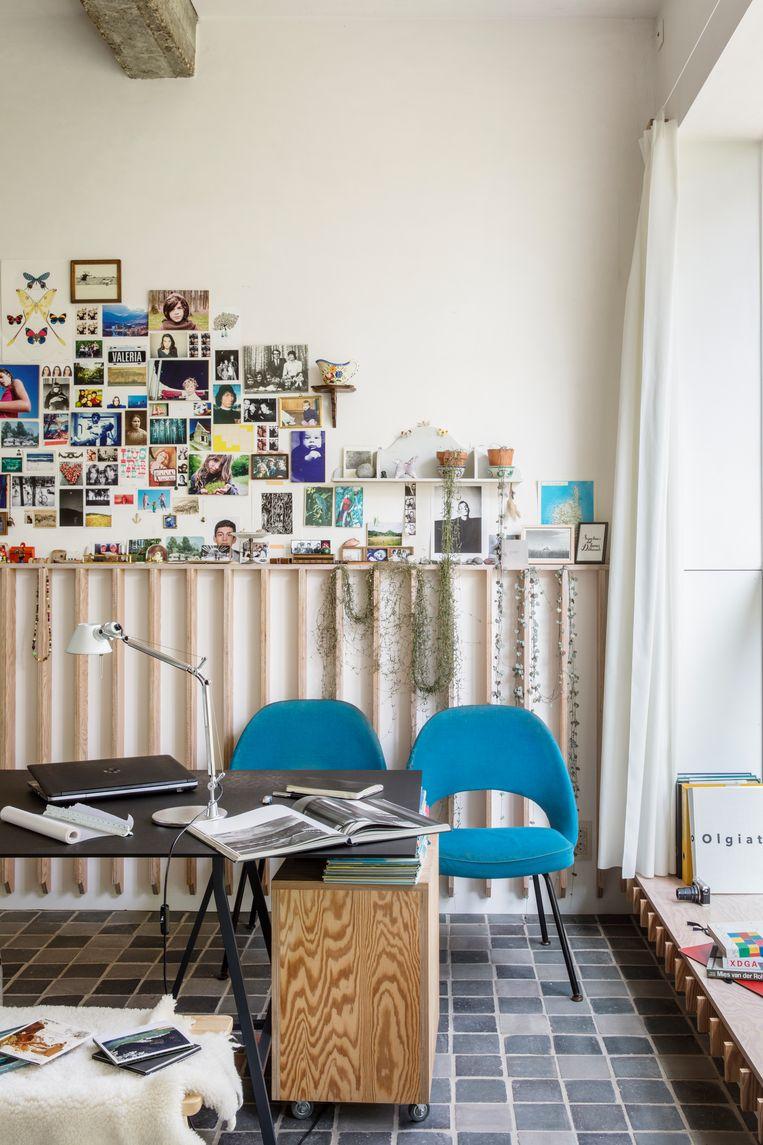 De houten latjes tegen de muur geven de benedenverdieping niet alleen meer warmte en gezelligheid, het is ook een verzamelplek voor souvenirs, postkaarten en trouvailles.  Beeld Helenio Barbetta
