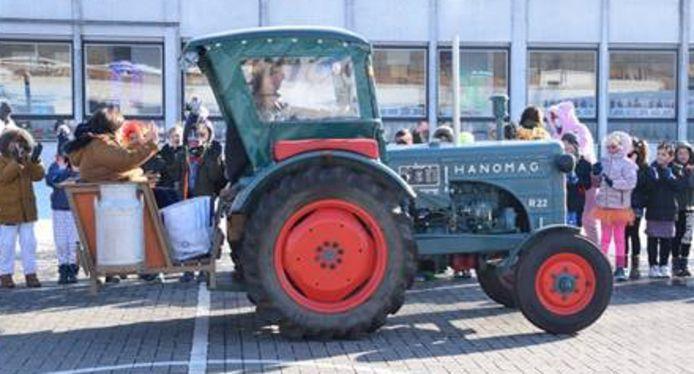 Een oldtimer tractor bracht Chantal naar haar laatste en feestelijke schooldag.