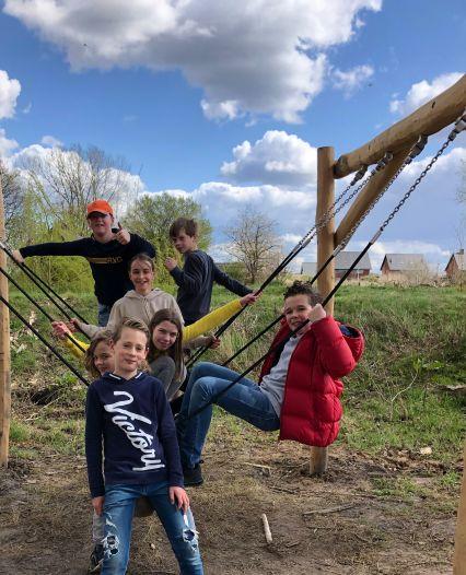 Nieuwe speeltuinen in Udenhout: 'Alleen nog wat zand onder de kabelbaan, dan is het goed'