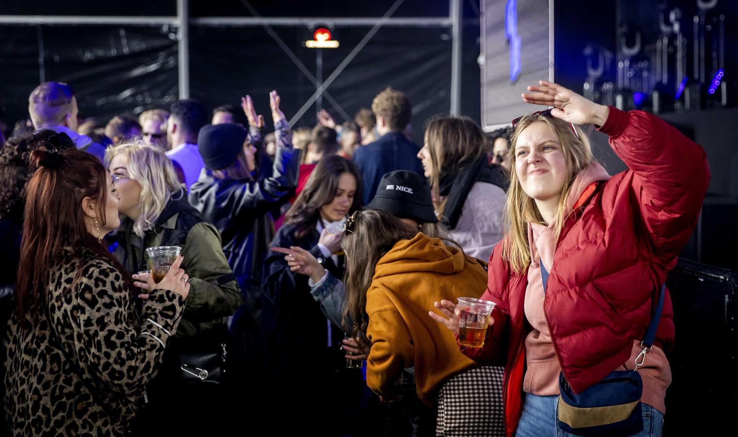 Bezoekers van een test-dancefestival op het evenemententerrein van Walibi Holland.