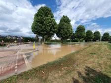 Straat blank in Druten: Koekoek en omgeving zonder water door lek in leiding