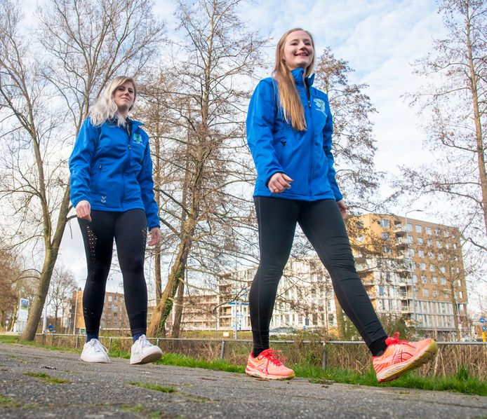 Suzanne de Weerd (vooraan) en Laura Stronkhorst (23) lopen van Harderwijk naar Amsterdam voor het goede doel: De Veluwse Wens Ambulance.