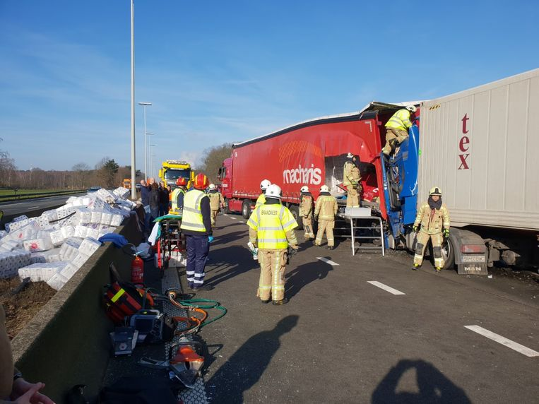 Een Roemeense vrachtwagenchauffeur reed in op een oplegger vol wc-papier. Een deel daarvan werd in de berm gegooid om hem te kunnen bevrijden.