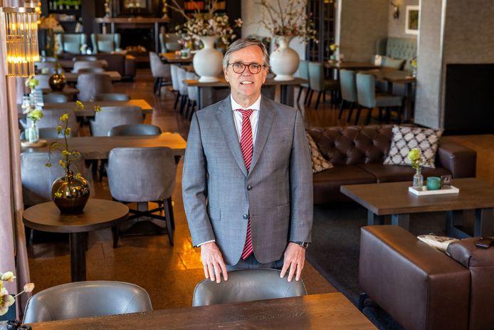 Manager Peter Raaijmakers in de lounge van Hotel Vught die  normaal de hele dag gevuld is met gasten.