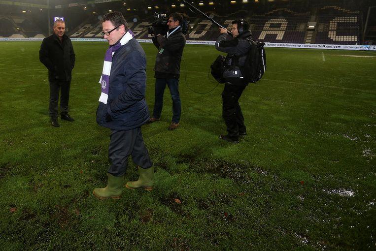 Harm Van Veldhoven en Patrick Vanoppen -op laarzen- inspecteren het veld. Beeld BELGA
