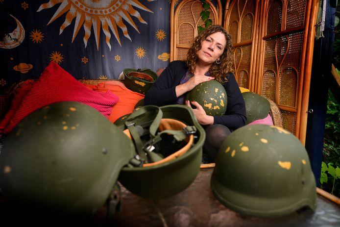 Amy van Son met haar creatieve militaire missie 'helmen vol verhalen'.