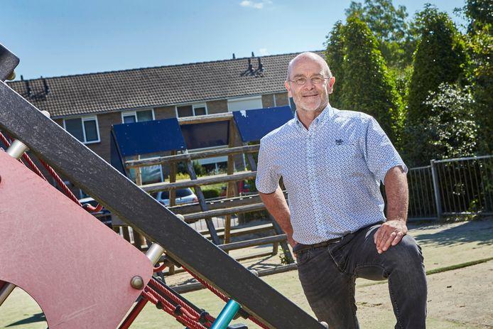 Wim Onis, scheidend locatiecoördinator, op het plein van school Noord in Borculo.