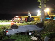 Auto maakt flinke klap bij Havelte, wagen raakt boom en eindigt op zijkant in sloot