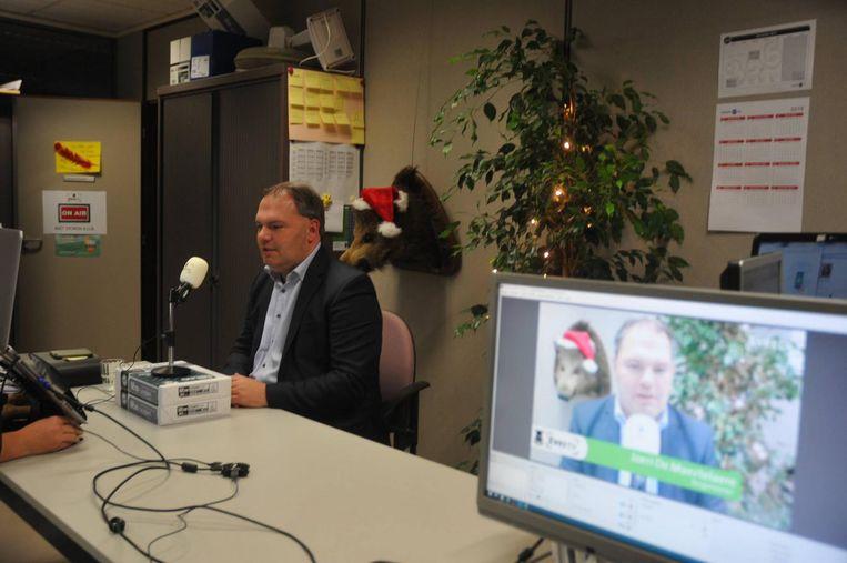 Burgemeester Joeri De Maertelaere zat gisterenavond meer dan een uur voor zijn webcam om vragen van bewoners te beantwoorden via Facebook Live .