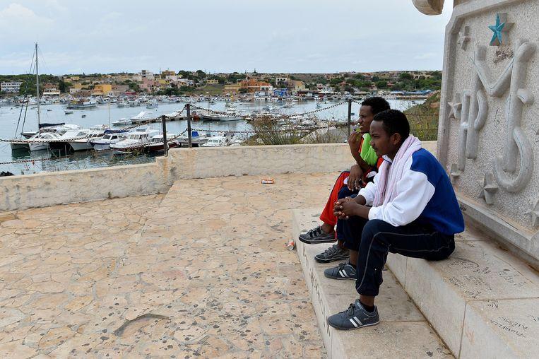 Vluchtelingen in Lampedusa, een plaats waar immigranten per boot arriveren. Beeld null