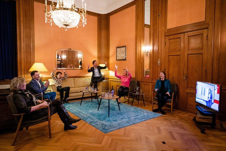 17 maart 2021: geen gedans op de tafel, maar een vrolijke hiep-hoi als Rutte voor de vierde keer op rij de grootste blijkt. Links Sophie Hermans, rechts partijvoorzitter Christianne van der Wal. Beeld EPA, Bart Maat
