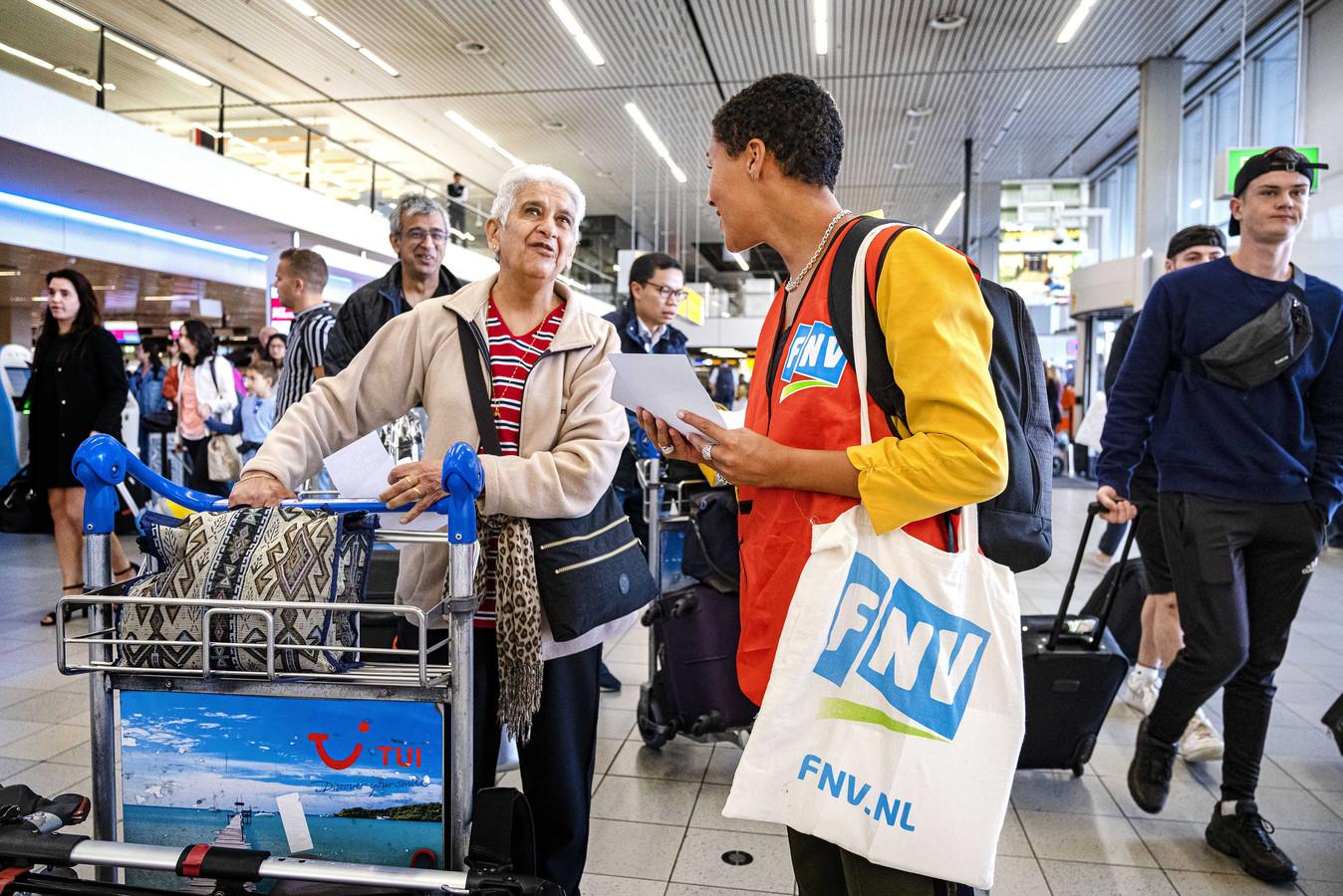 Personeel van KLM legt korte tijd het werk neer voor een beter loon, meer medewerkers in vaste dienst en een beter rooster.