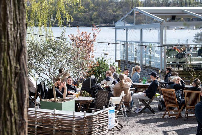 Volle terrasjes in de Zweedse hoofdstad Stockholm. In Zweden zijn restaurants en cafés tijdens de pandemie opengebleven.