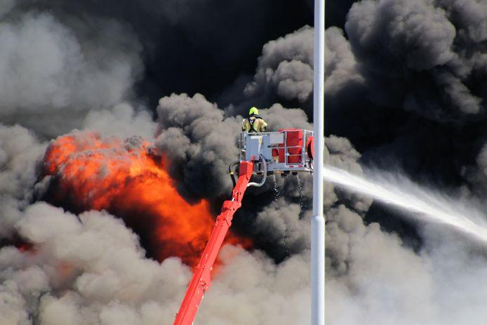 De brandweer bestreed het vuur onder meer vanuit hoogwerkers.