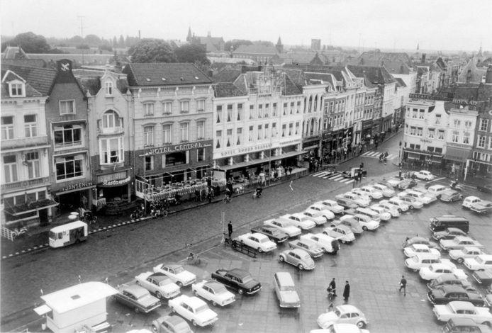 Een volle Markt met auto's was begin jaren 60 een normaal straatbeeld.