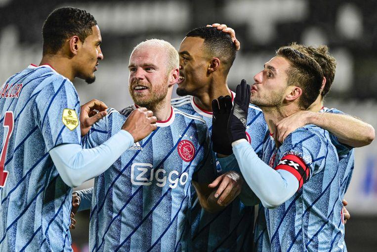Davy Klaassen viert met zijn ploeggenoten zijn 2-0.  Beeld EPA