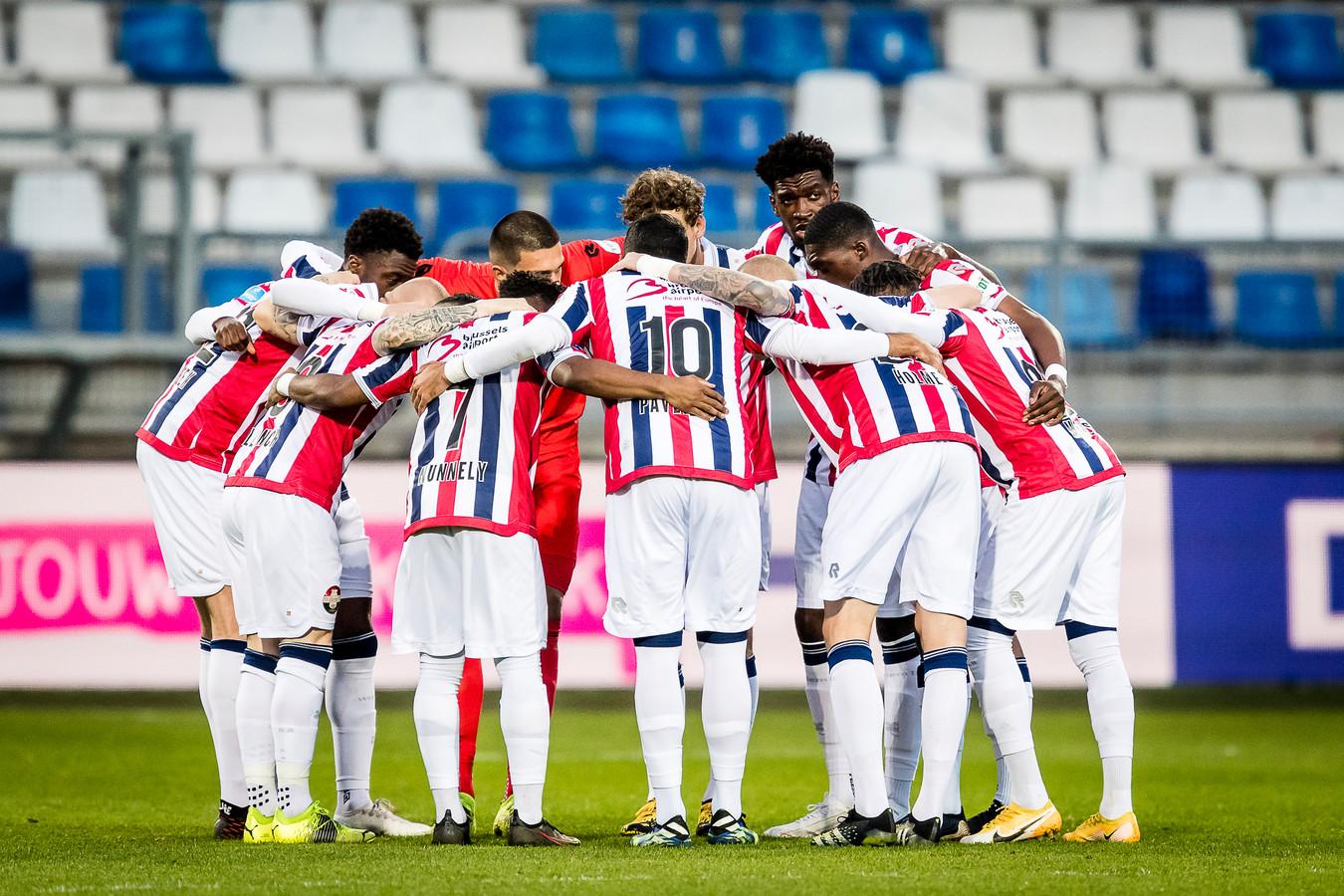 De basiself van de afgelopen weken in de zogeheten huddle voor de wedstrijd, waarbij de spelers elkaar moed inpraten.