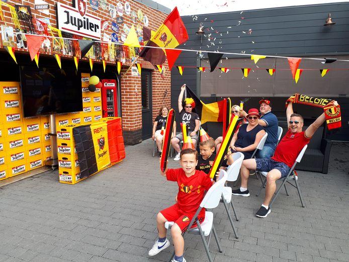 Ambiance bij Bjorn Van Ruyskensvelde, die een scherm ophing aan enkele lege bierbakken.