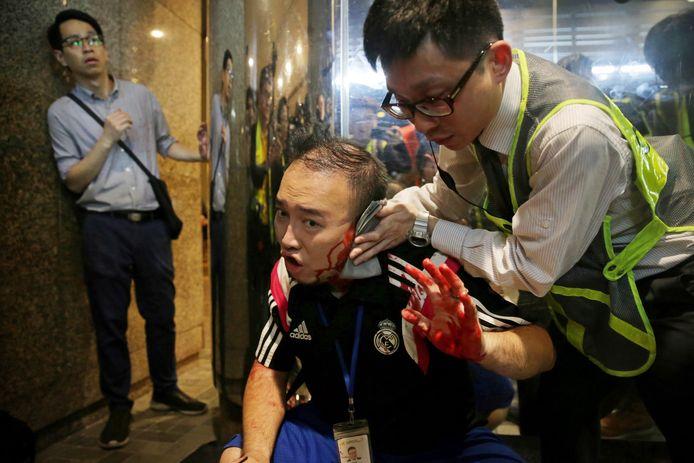 Parlementslid Andrew Chiu probeerde de aanvaller te stoppen. Zijn oor werd afgebeten. Het incident vond plaats nabij het Cityplaza winkelcentrum.