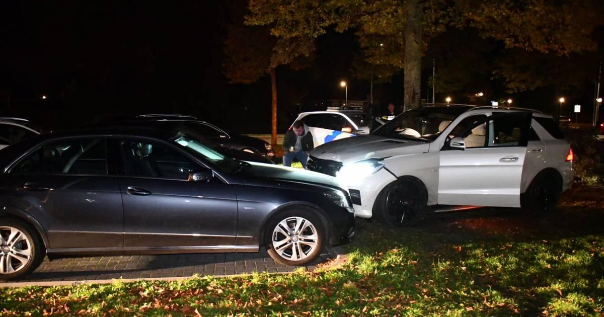Meerdere autos beschadigd bij botsing op rotonde Vroomshoop.