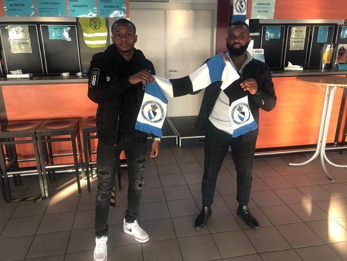 Levi Lukebakio (l.) met zijn manager na het zetten van de nodige handtekeningen bij Rupel Boom.