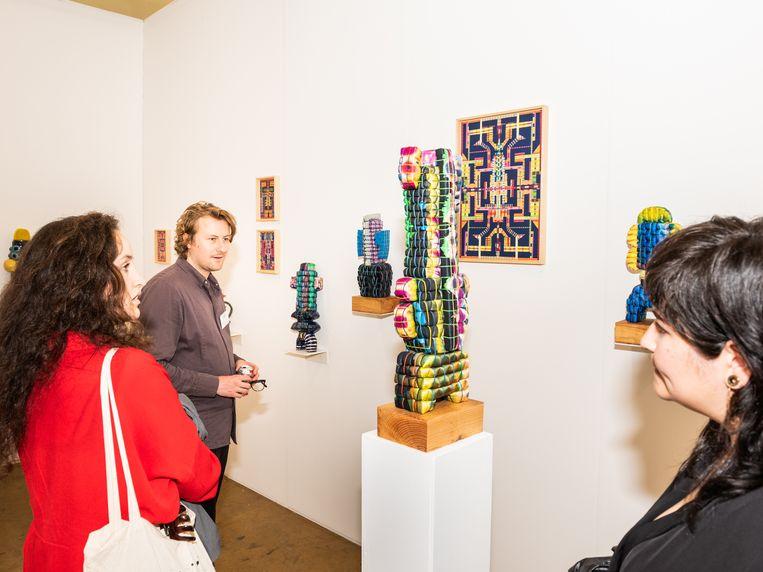 De stand van galerie Fleur en Wouter, links Wouter van Herwaarden Beeld Simon Lenskens