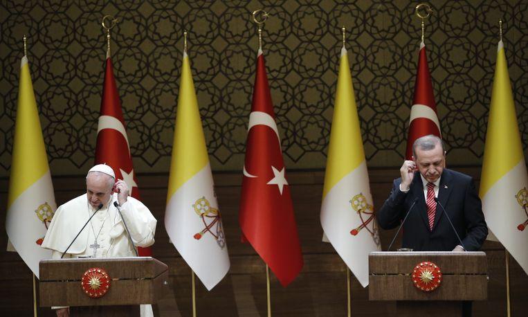 Paus Fransiscus en Erdogan tijdens een persconferentie in Ankara. Beeld epa