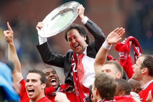 Joop Munsterman gaat op de schouders van de spelers van FC Twente met de kampioensschaal, nadat de club in 2010 voor het eerst kampioen van Nederland is geworden.