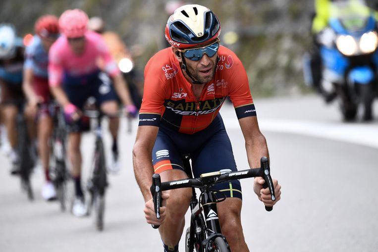 Vincenzo Nibali rijdt weg van de kopgroep in de klimetappe naar Val Thorens.  Beeld AFP