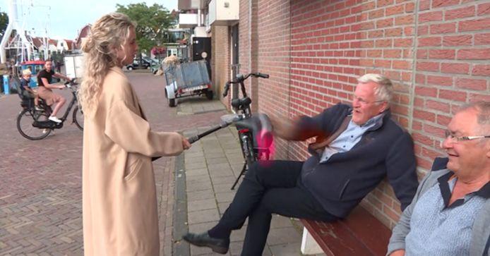 Een geagiteerde Urker mept de microfoon uit de handen van Powned-verslaggever Jamie Reuter